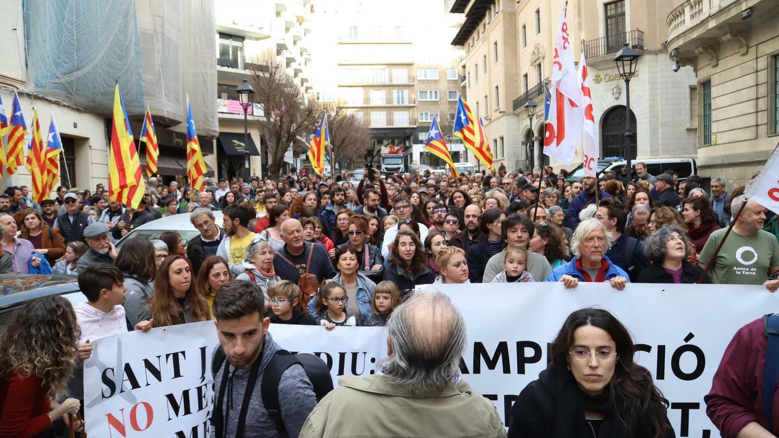 """Centenars de persones es manifesten contra l'ampliació de l'aeroport: """"És el moment d'evitar el col·lapse"""""""