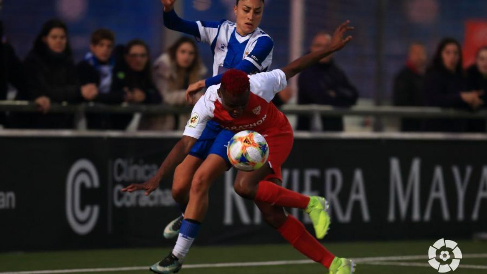 Débora García contra Kanu en l'Espanyol-Sevilla