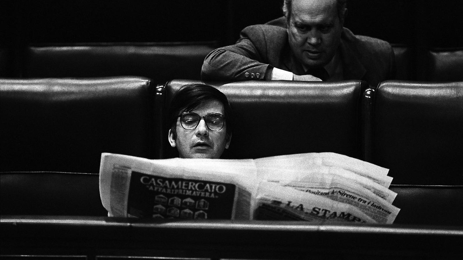 Lluch al Congrés llegint el torinès La Stampa.