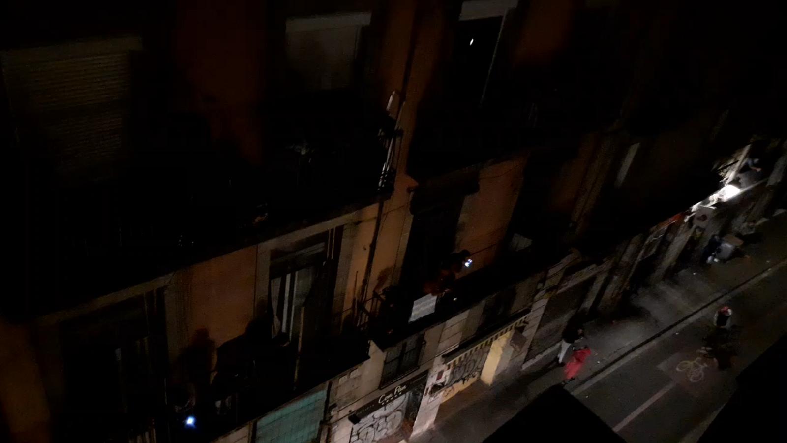 Els veïns d'un carrer del Raval de Barcelona protesten als balcons pels talls de llum que fa una setmana que duren