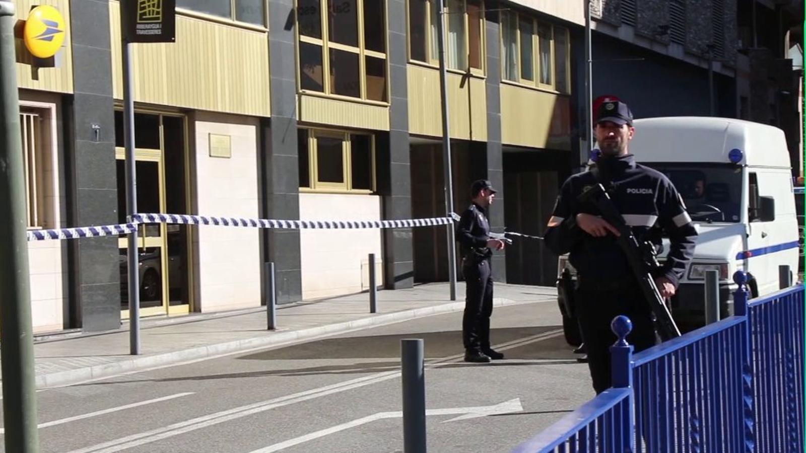 Imatges del dispositiu de seguretat arran de l'alerta a la Poste