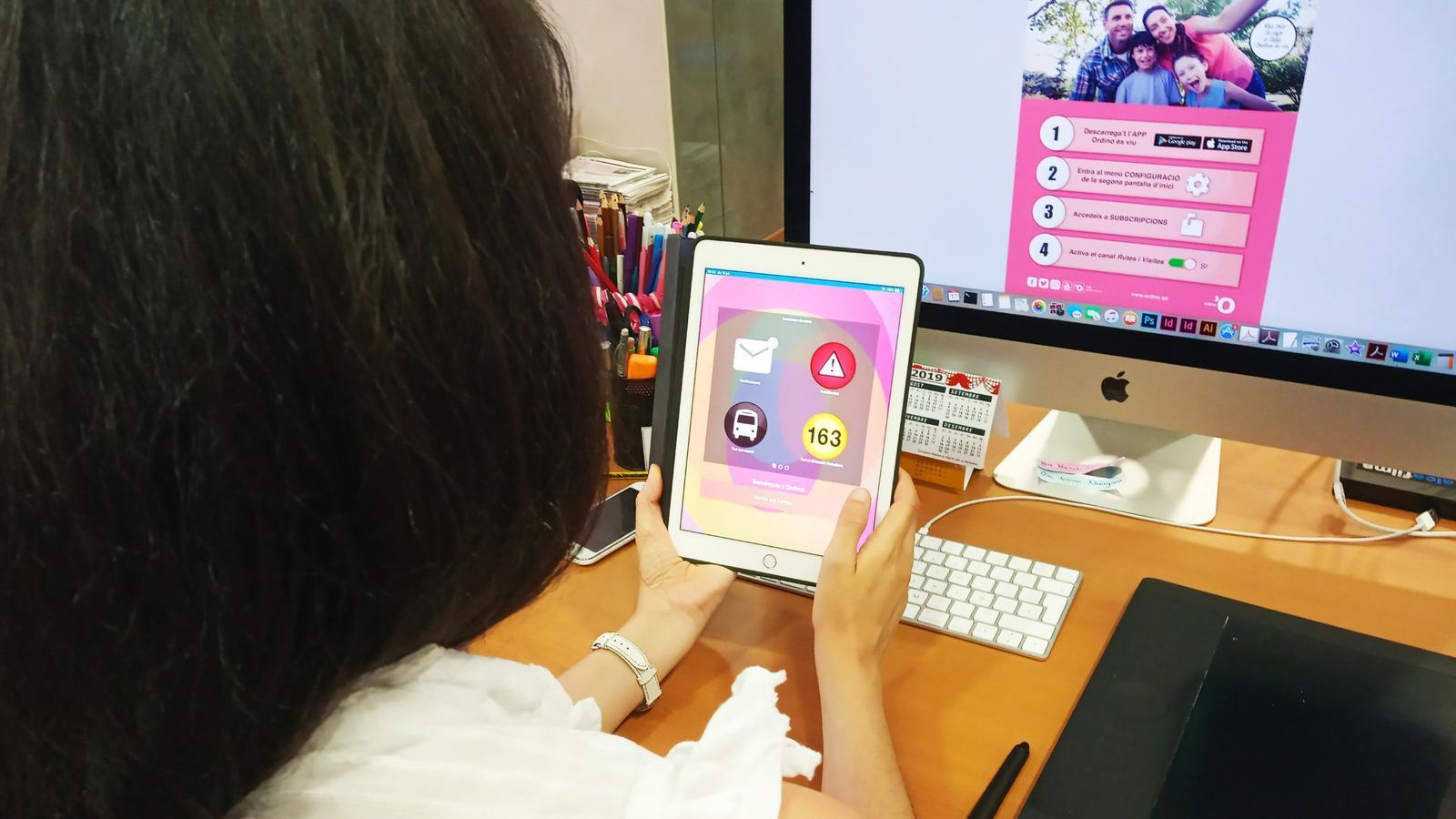 Una noia utilitzant l'aplicació Ordino és viu amb els passos a seguir per obrir el nou canal 'Rutes i visites'. / COMÚ ORDINO (ANA)