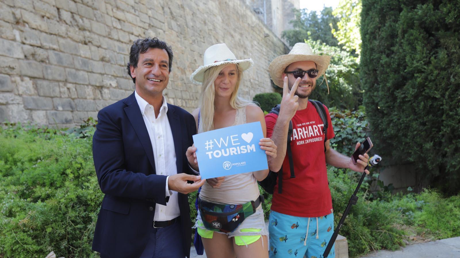 Company, durant l'acte del partit en favor del turisme.