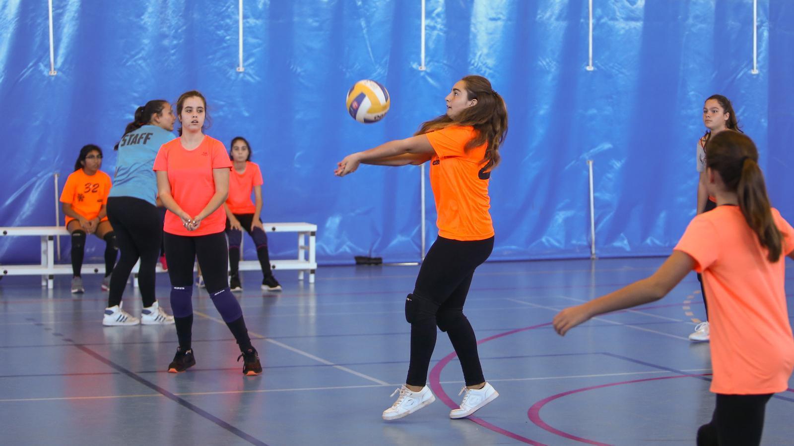 Unes noies jugant a voleibol