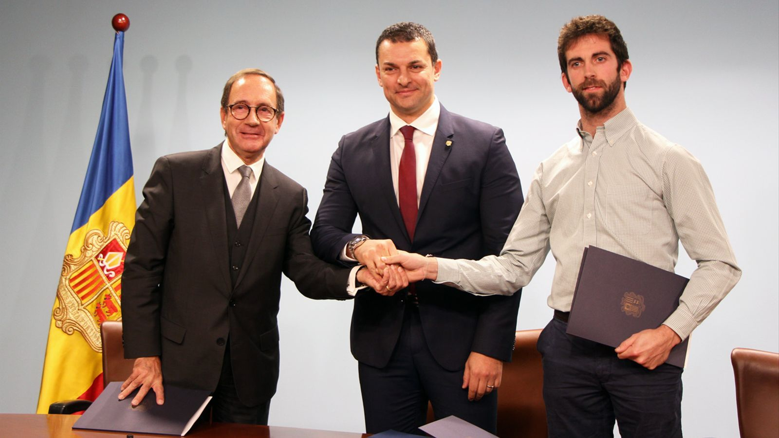 D'esquerra a dreta: el representant d'Alta Riba Distribució, Josep Manzano; el ministre de Presidència, Economia i Empresa, Jordi Gallardo, i el representant d'Ilunion Bugaderia Industrial, Francesc Millaret, després de la signatura del conveni. / M. P. (ANA)