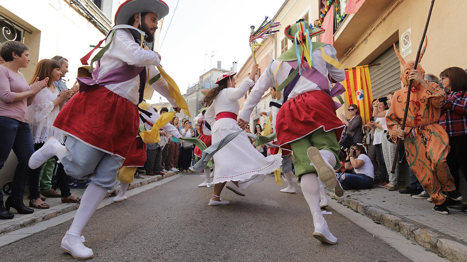Els Cossiers dansaren durant més de tres hores pels carrers més cèntrics de la ciutat, abans d'oferir el darrer ball a les autoritats. La ciutat està de festa major.