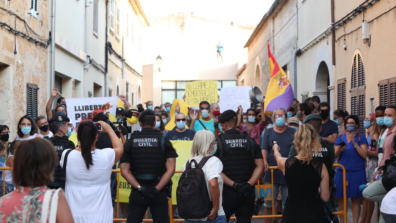Manifestació contra la casa reial a Petra./ ISMAEL VELÁZQUEZ