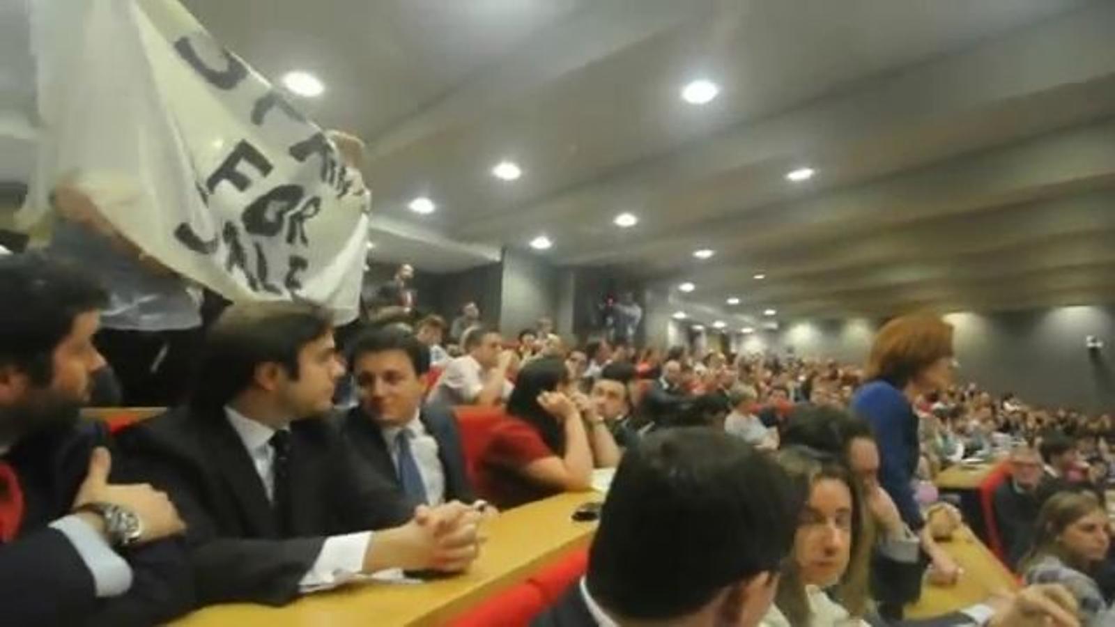 Espanya en venda: un grup d''indignats' interromp la conferència del ministre De Guindos a Londres