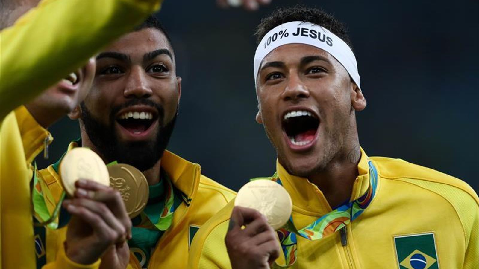 Neymar llueix la medalla d'or olímpica durant la celebració posterior a la final contra Alemanya