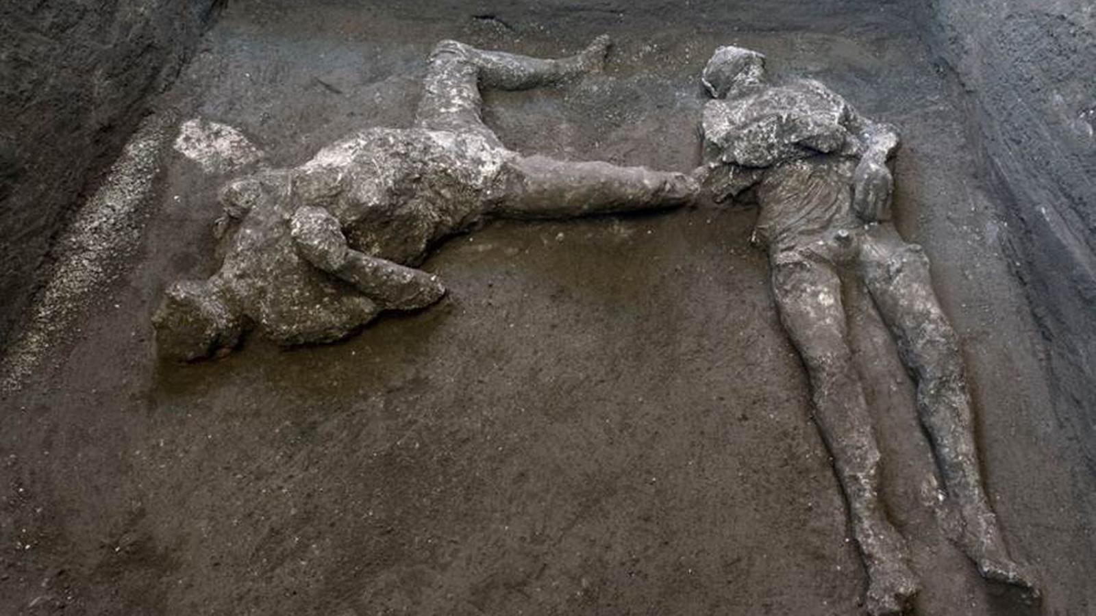 Els cossos reconstruïts d'un home i el seu esclau al parc arqueològic de Pompeia