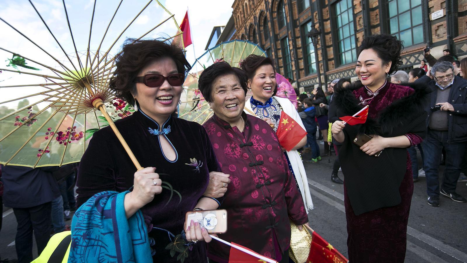 Un grup de dones xineses gaudint de la desfilada de Barcelona
