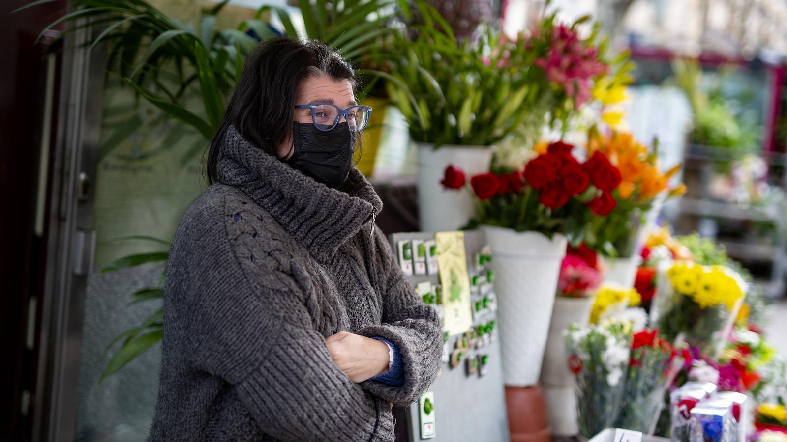 La Raquel a la seva parada de flors, a la Rambla