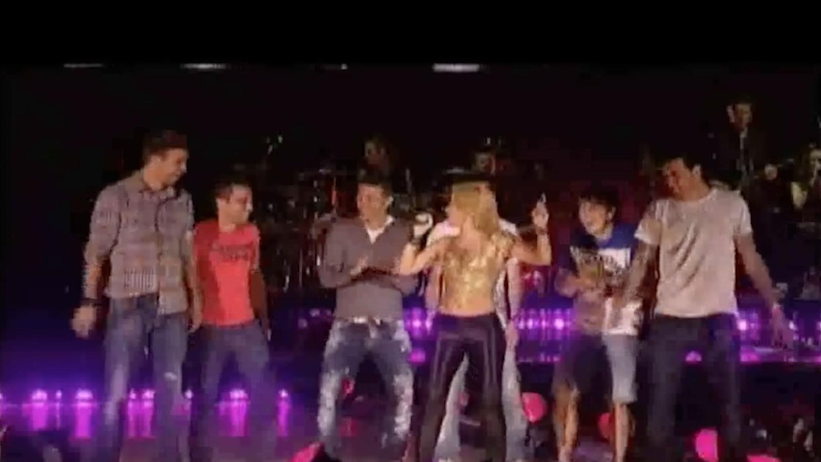 Shakira treu els jugadors del Barça a ballar a l'Estadi Olímpic