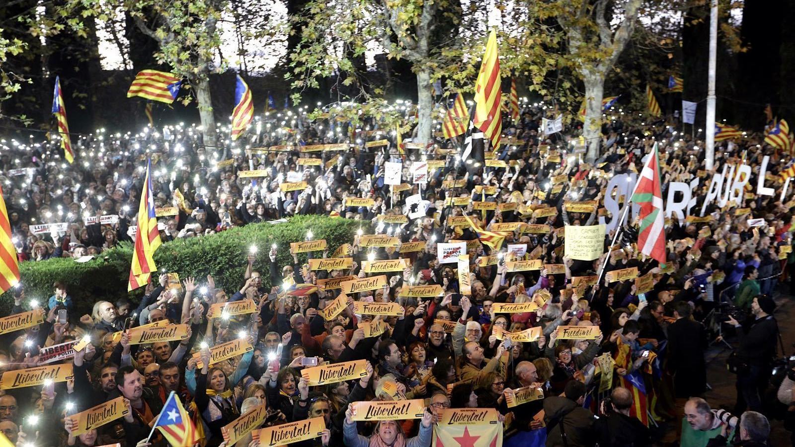 Els manifestants, amb els mòbils encesos i les pancartes demanant llibertat