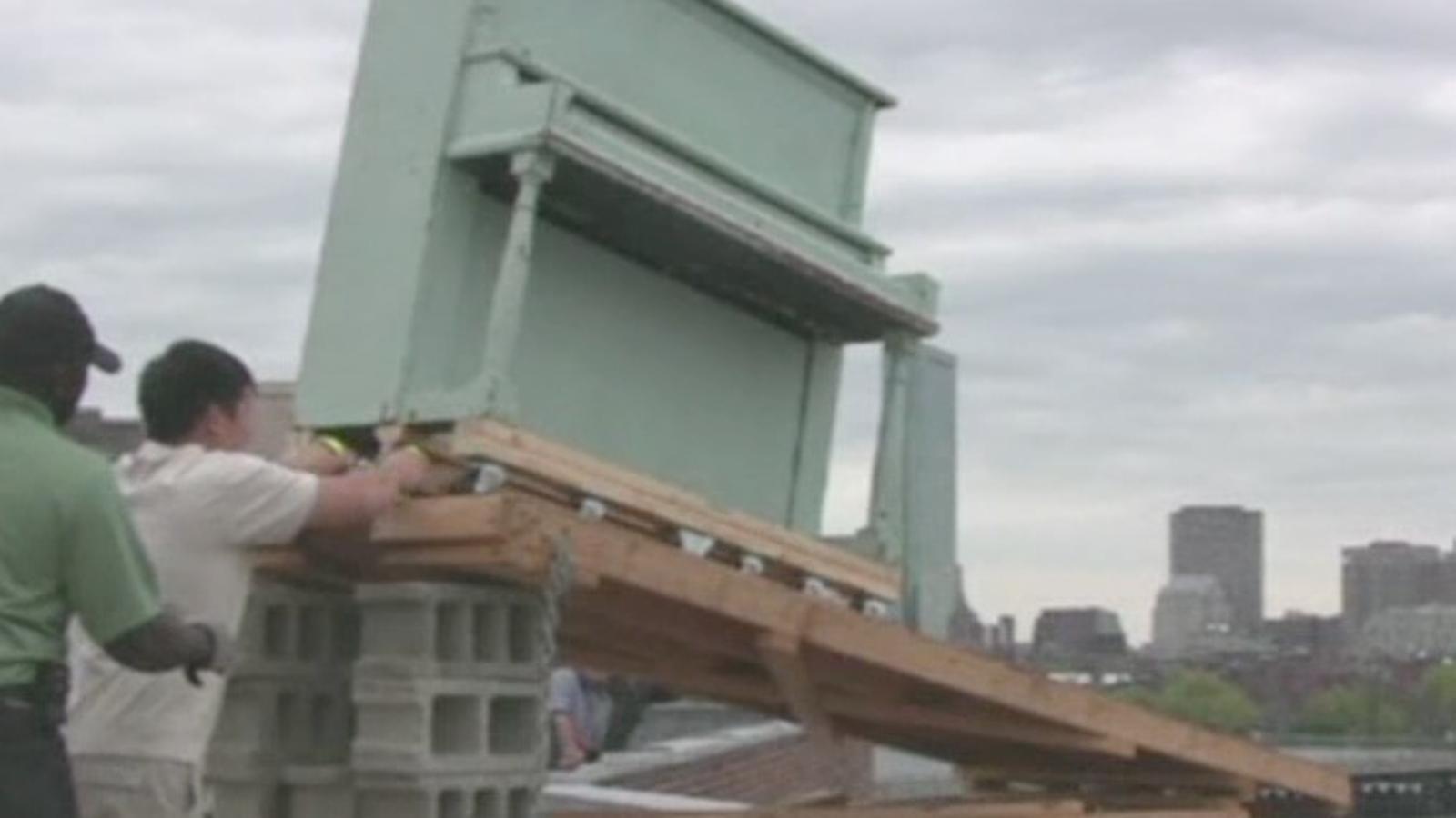 Estudiants del MIT destrueixen un piano per una tradició que ve del 1972, als EUA
