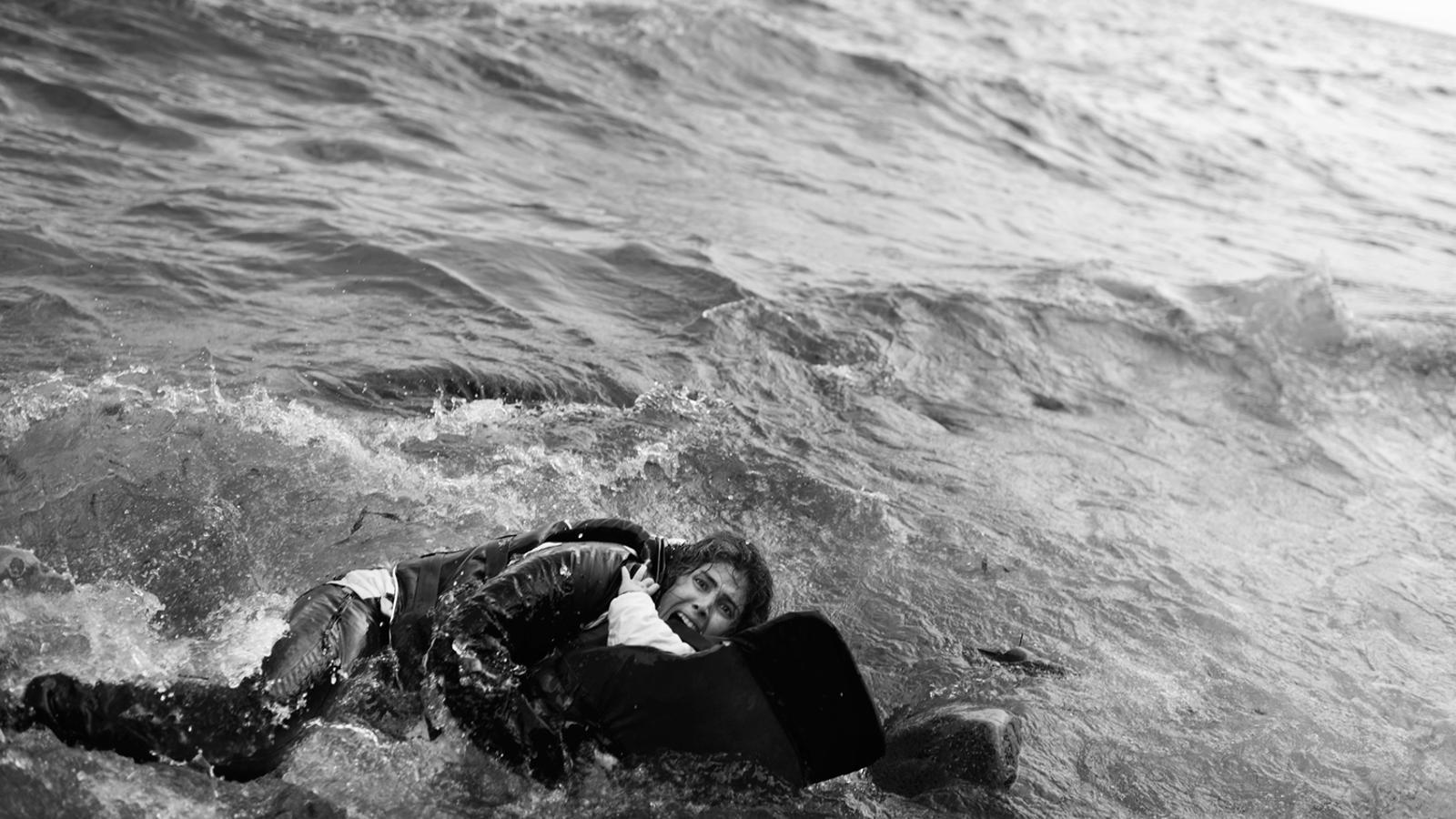 Una jove siriana, agafada al seu fill, demana ajuda a crits després de caure des d'una barca a tocar de la costa de Lesbos el 2 d'octubre. Van ser salvats per la gent que hi havia a la platja. SAMUEL ARANDA