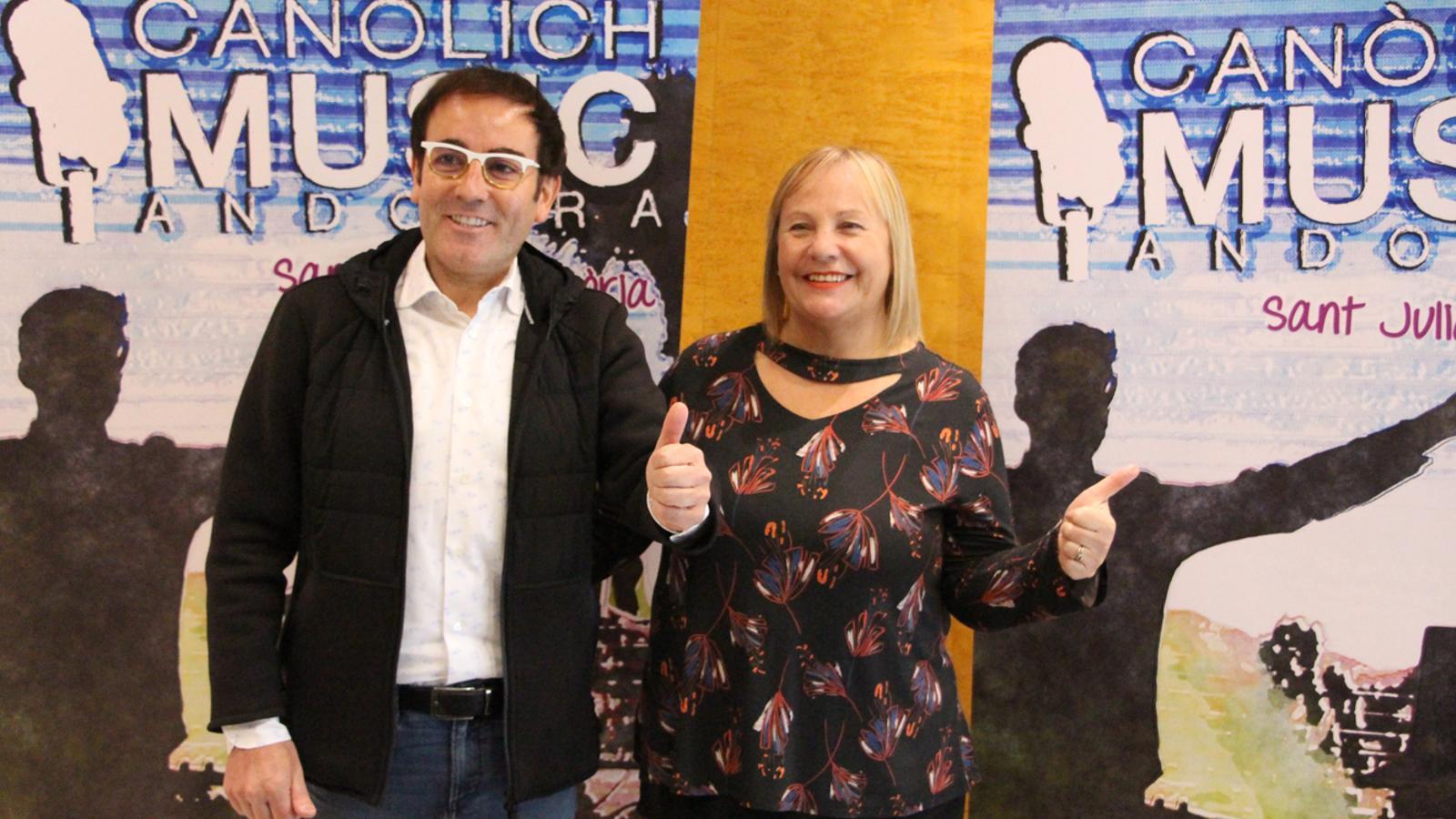 La consellera de Social del comú de Sant Juià de Lòria, Paqui Barbero, i mossèn Pepe Chisvert durant la presentació de la 7a edició del festival Canòlich Music. / M. P. (ANA)