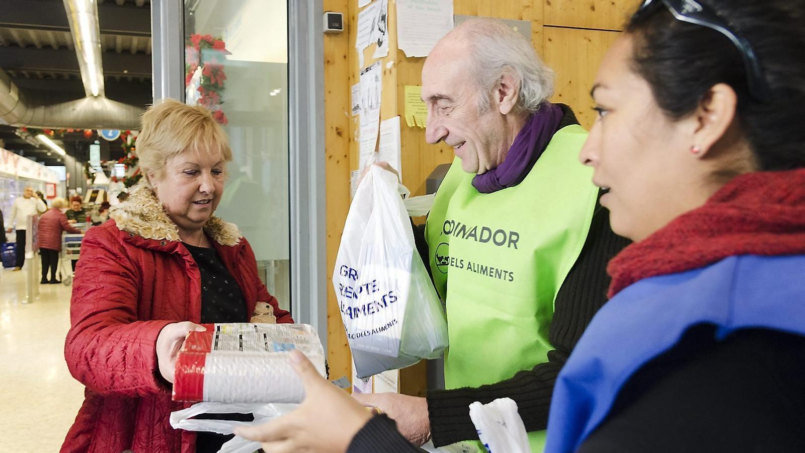 Un equip de voluntaris del Gran Recapte del Mercat de la Barceloneta coordinat per l'actor Carles Arquimbau convidava els clients a donar aliments de llarga durada.