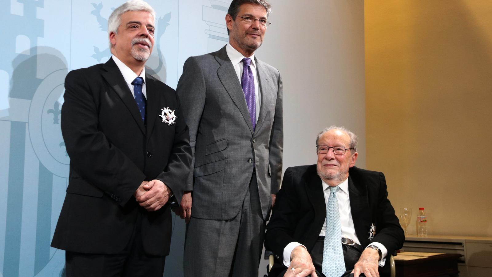 Luis del Castillo, a la dreta de la imatge, amb el també exdegà de l'ICAB, Oriol Rusca, en l'acte en què va rebre de mans del llavors ministre de Justícia, Rafael Català, la Creu de Sant Raimon de Penyafort el 14 d'abril d'enguany