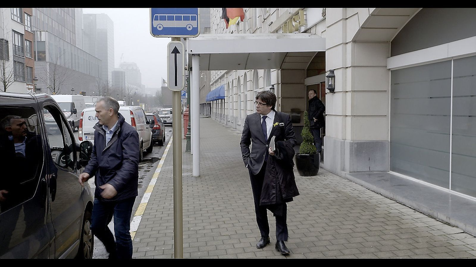 Carles Puigdemont sortint de l'hotel de Brussel·les on s'allotjava, en una imatge del documental Dos Cataluñas.