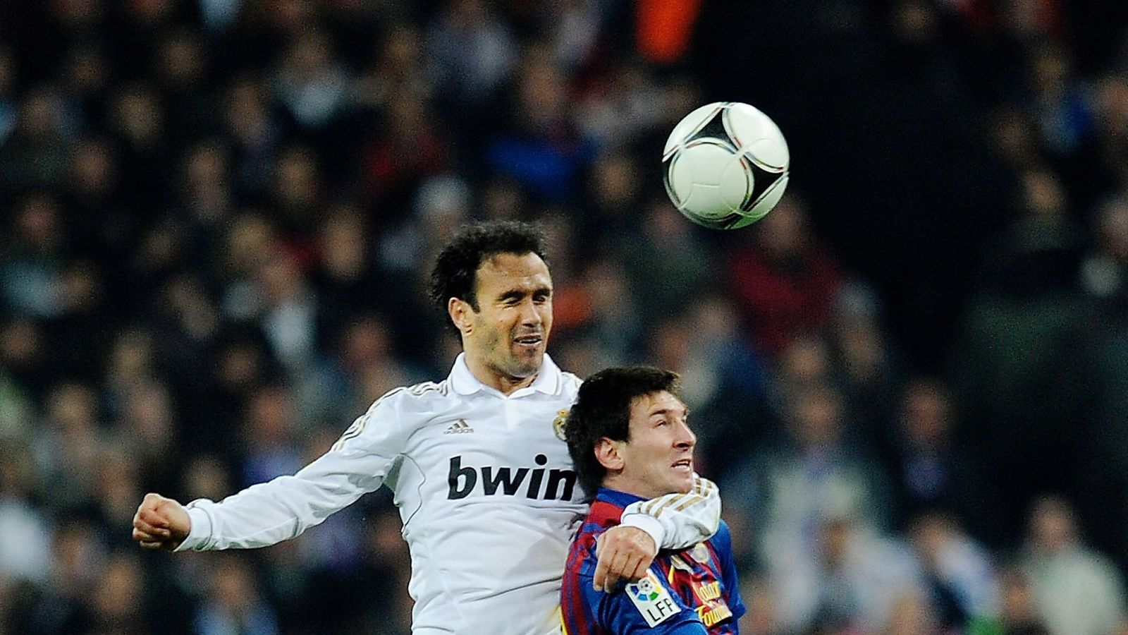 Carvalho salta amb Messi per disputar-li una pilota aèria i li posa el braç al voltant del coll per desequilibrar-lo.