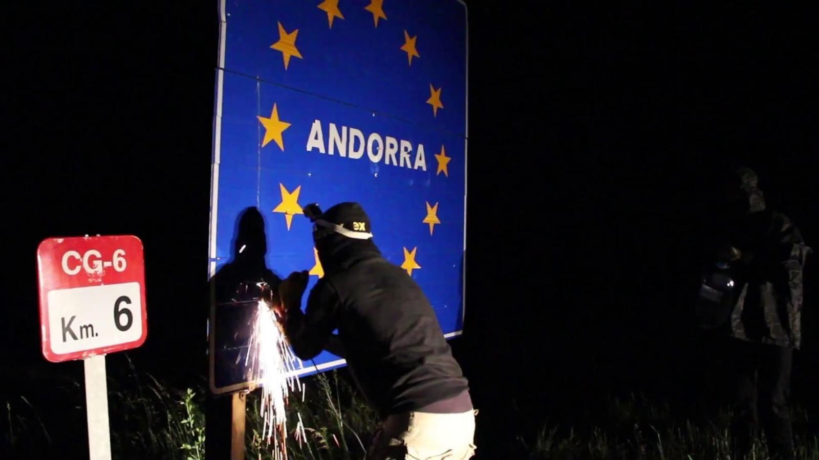 Joves independentistes arrenquen els senyals fronterers estatals per reivindicar la unitat dels Països Catalans
