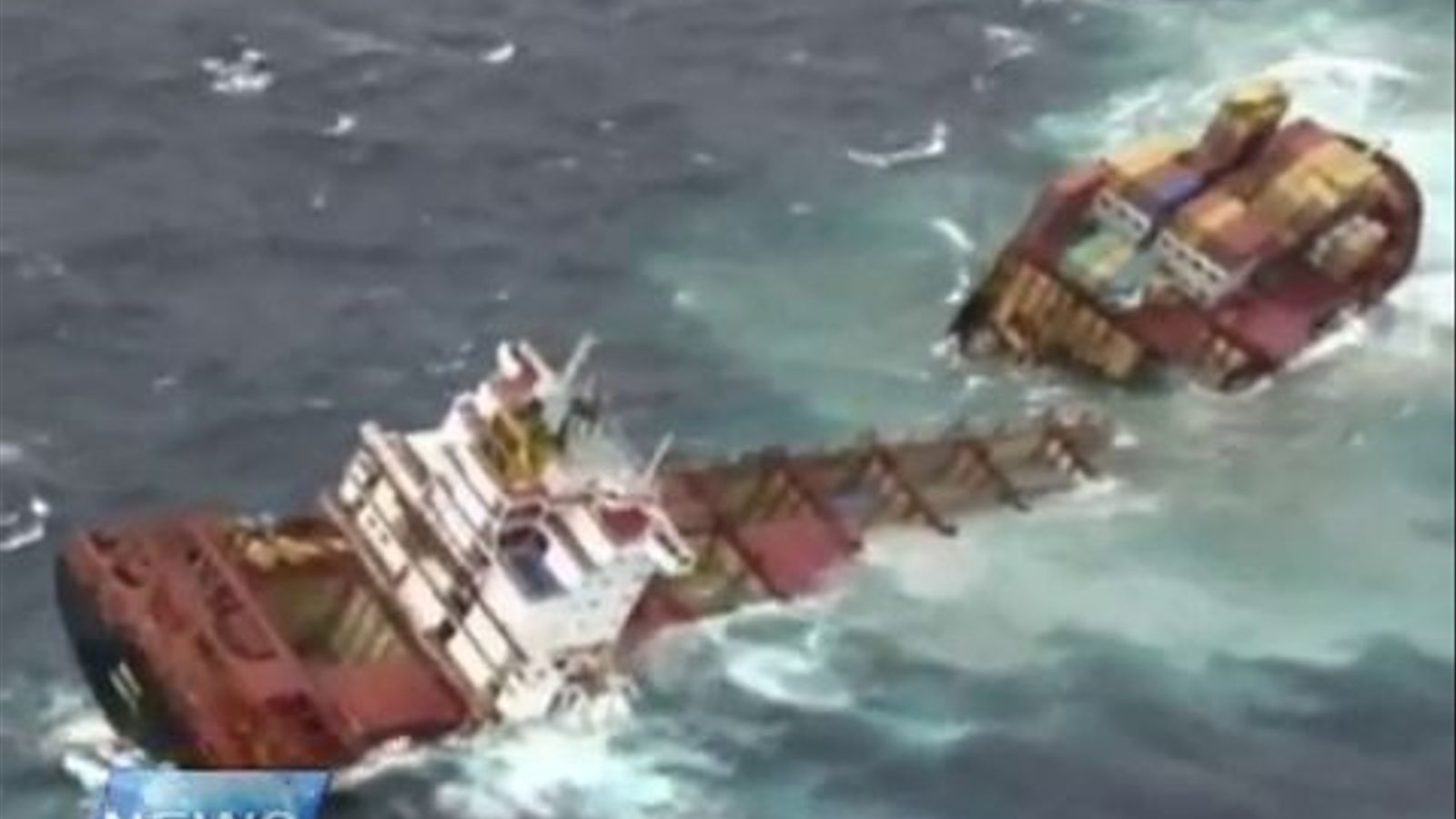 La mala mar parteix en dos un vaixell a Nova Zelanda