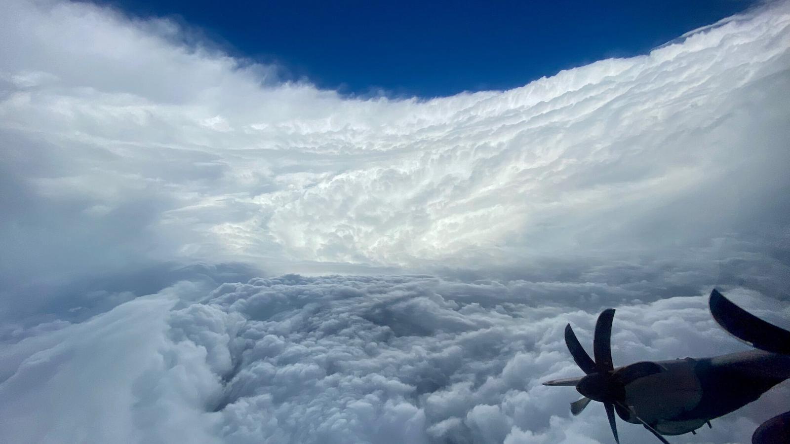 El gran huracà 'Epsilon' vist des de dins