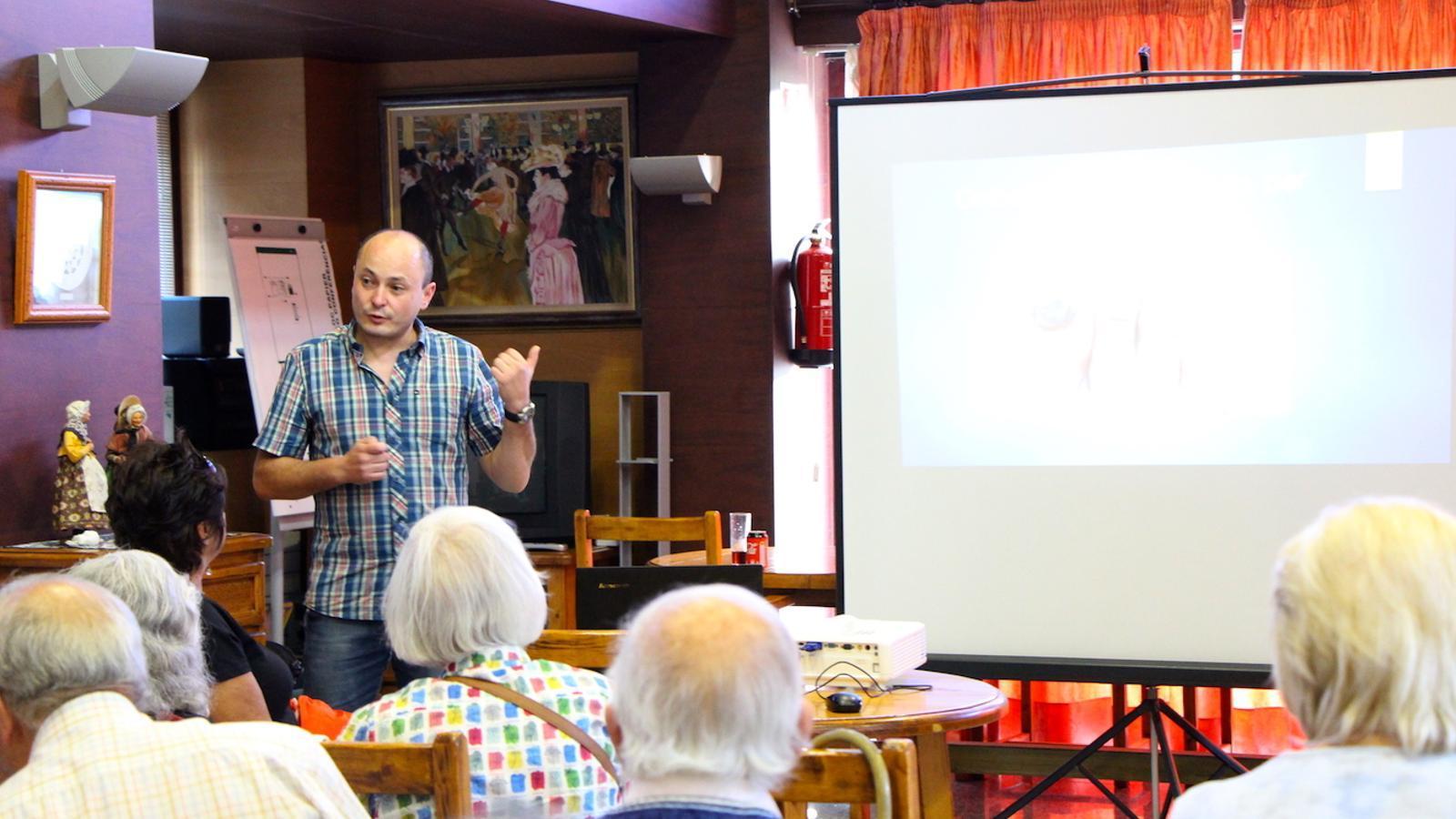 El podòleg Isidre Baró durant la xerrada amb els padrins. / C. G. (ANA)