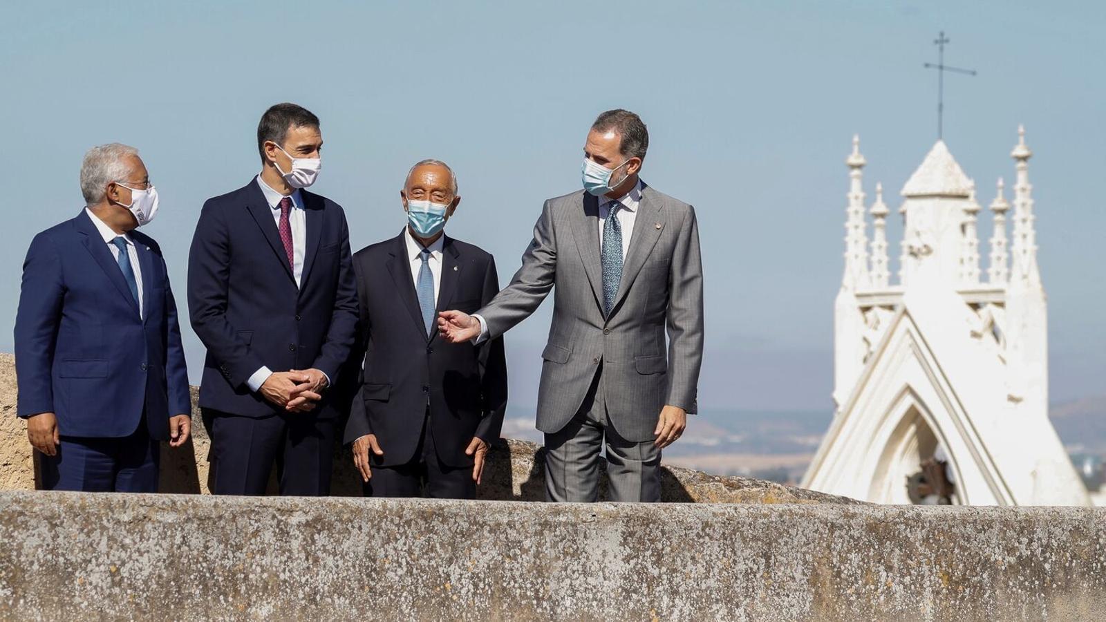 El primer ministre portuguès, António Costa, el president espanyol, Pedro Sánchez, el president de Portugal, Marcelo Rebelo de Sousa, i Felip VI durant l'acte institucional de reobertura de la frontera a Badajoz / BALLESTEROS / EFE