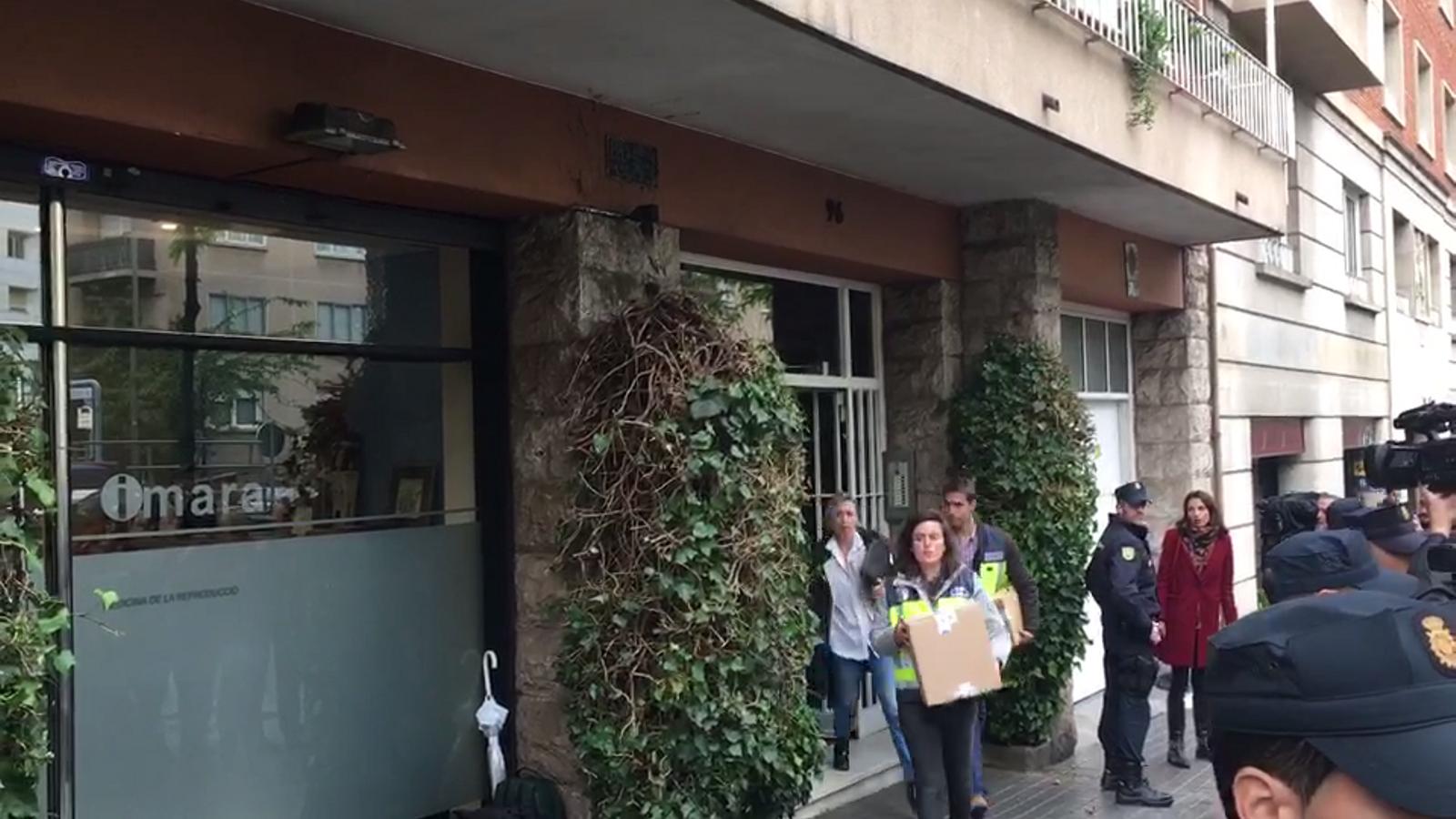 La Policia Nacional surt de la casa de Jordi Pujol i Soley amb tres caixes