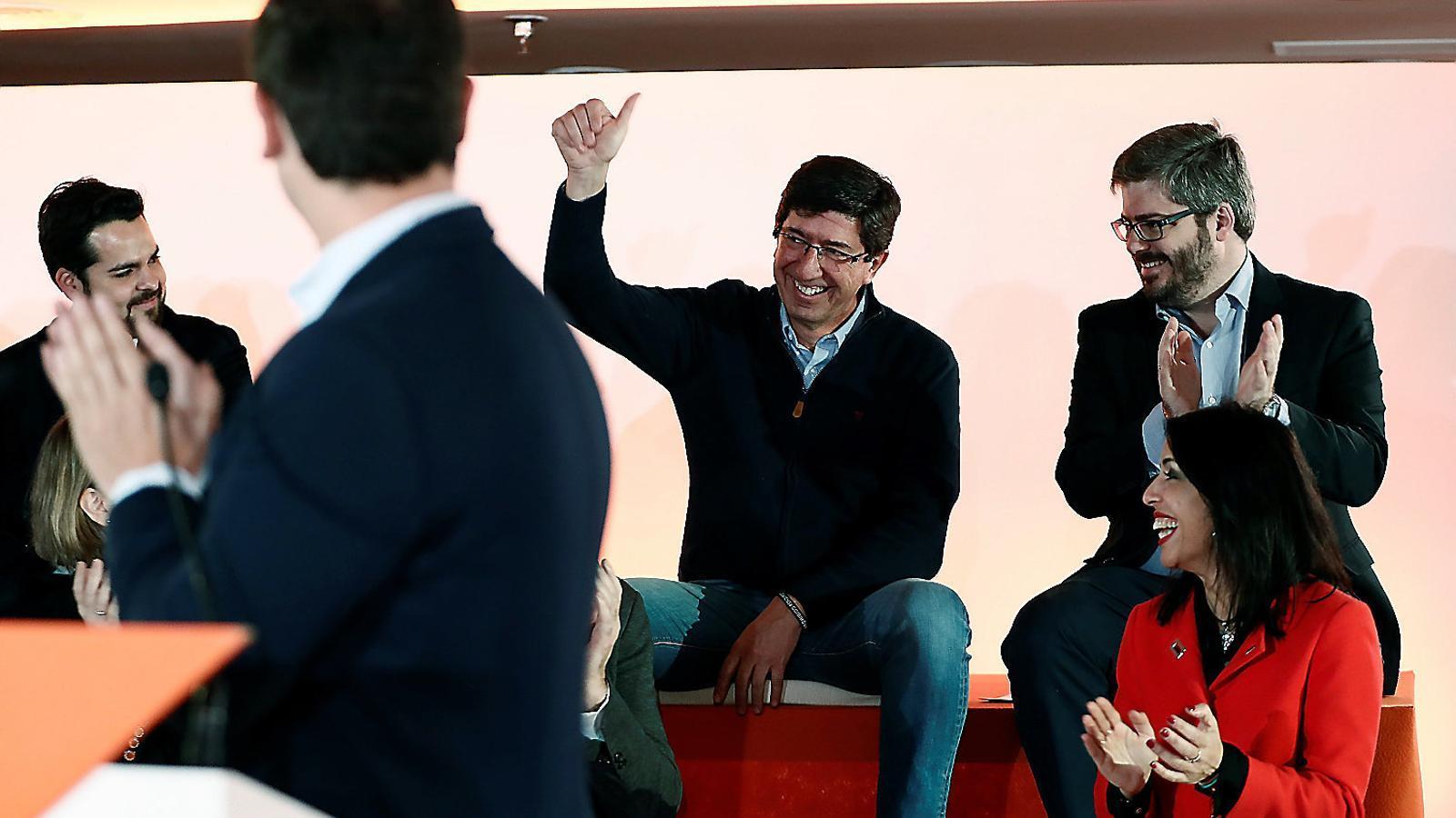 El líder de Cs, Albert Rivera (primer pla), aplaudint el cap de files de la formació a Andalusia, Juan Marín, divendres al consell general del partit taronja. / MARISCAL / EFE