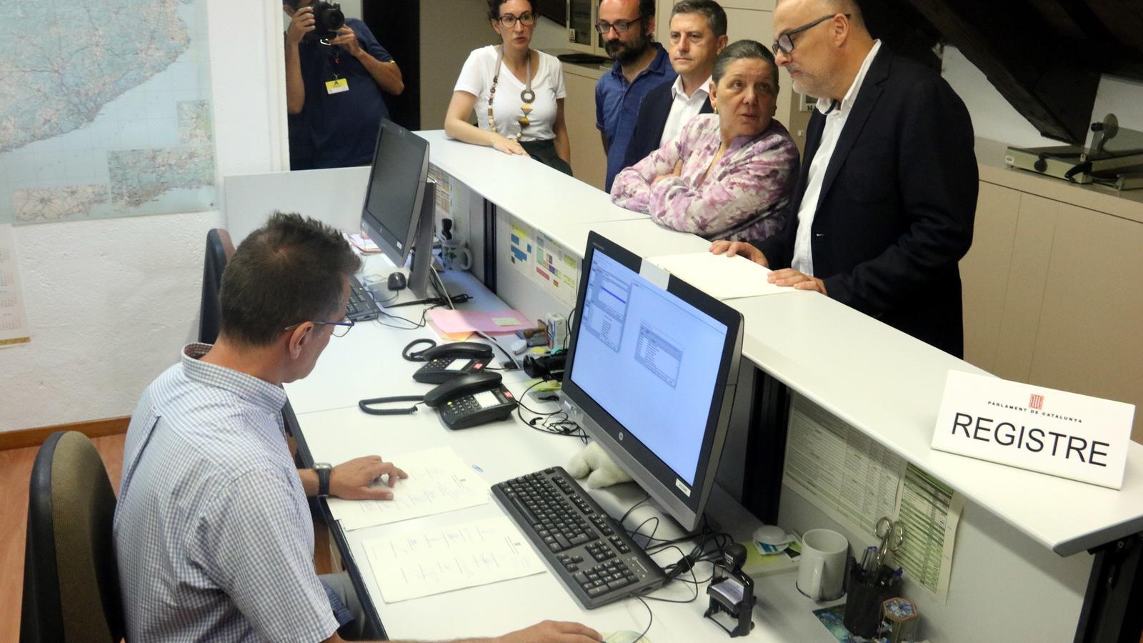 Junts pel Sí i la CUP registren al Parlament la llei del referèndum