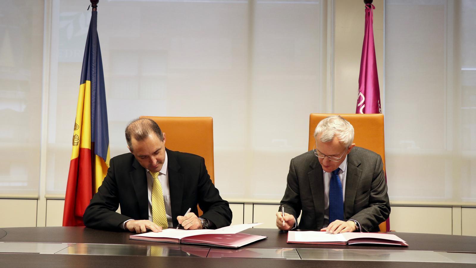 El director general d'Andorra Telecom, Jordi Nadal, i el seu homòleg de JT, Graeme Millar, han signat l'acord. / ANDORRA TELECOM