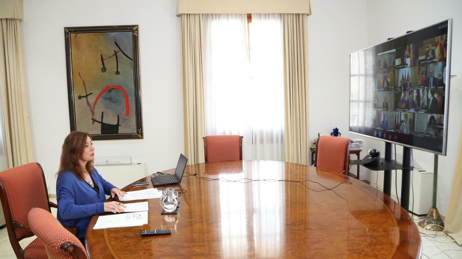 La presidenta del Govern balear, Francina Armengol, durant la reunió telemàtica amb Pedro Sánchez i la resta de comunitats autònomes