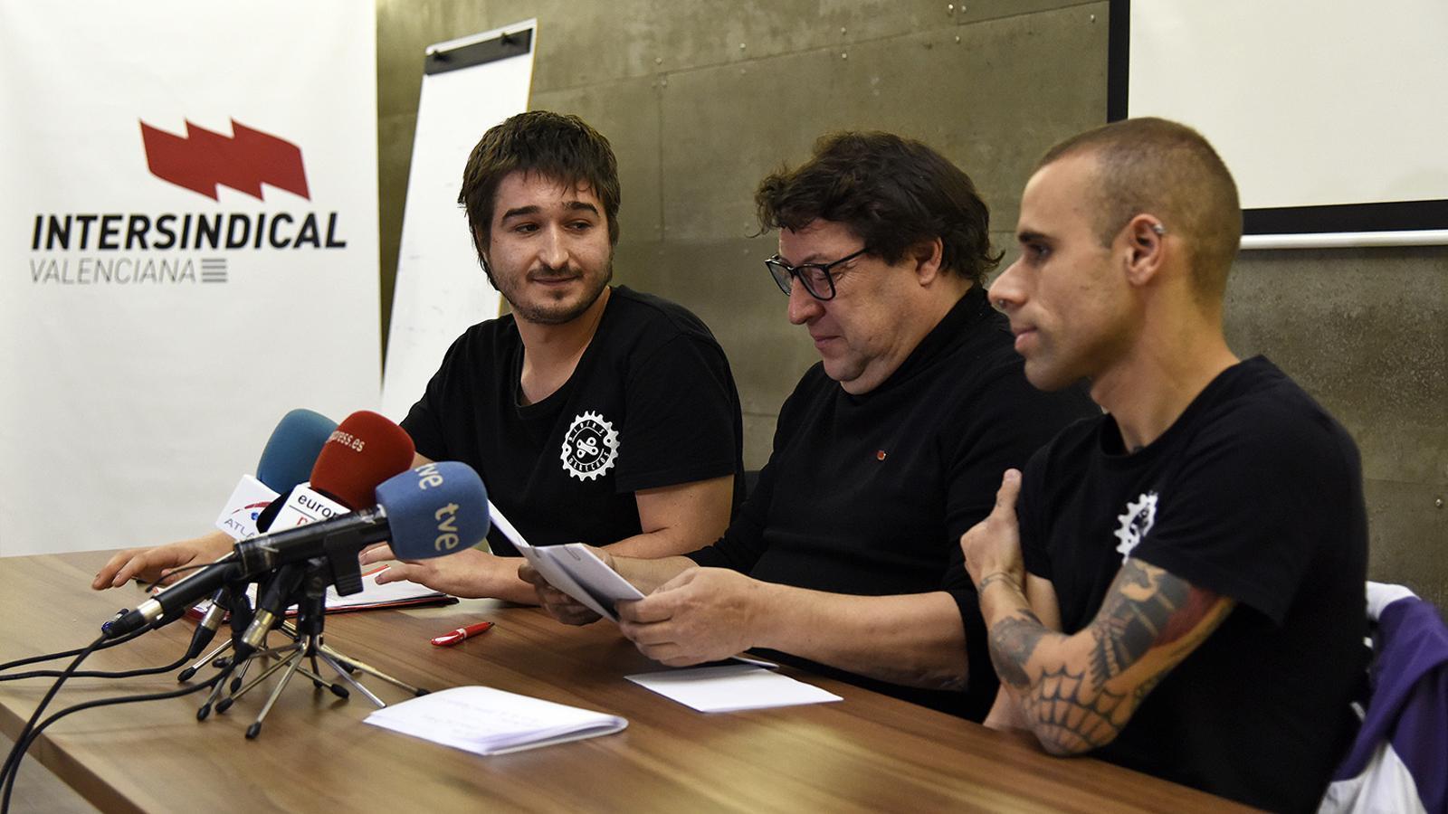 L'extreballador de Deliveroo, Víctor Sánchez, acompanyat pel dirigent d'Intersindical Valenciana, Marco Antonio Llerena, i del seu excompany a l'empresa, Carlos Iglesias / DANIEL GARCÍA-SALA