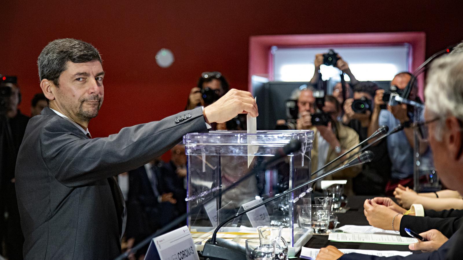 Joan Canadell votant en les eleccions de la cambra de comerç del 2019