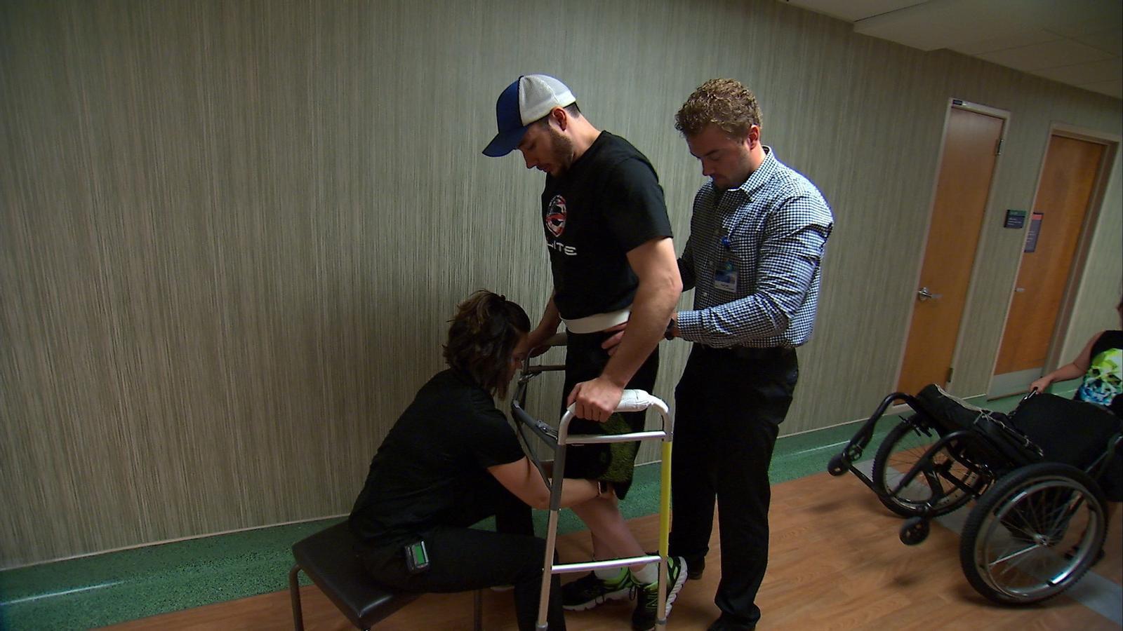 Un pacient amb paràlisi aconsegueix caminar gràcies a l'estimulació electrònica