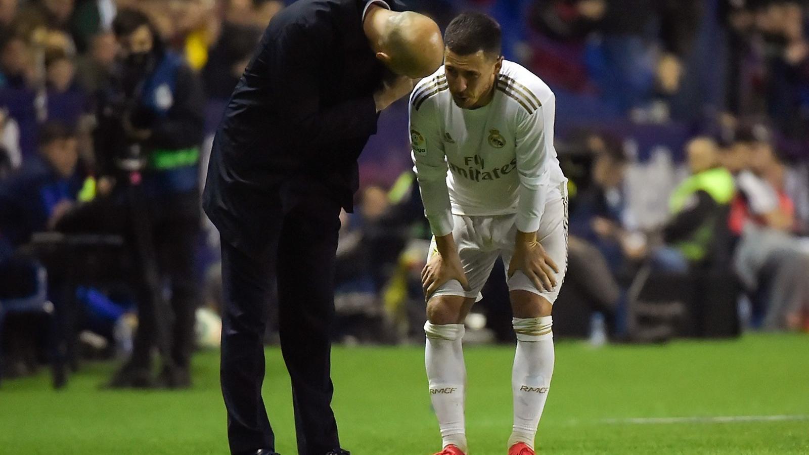 Hazard, parlant amb Zidane després de lesionar-se al camp del Llevant