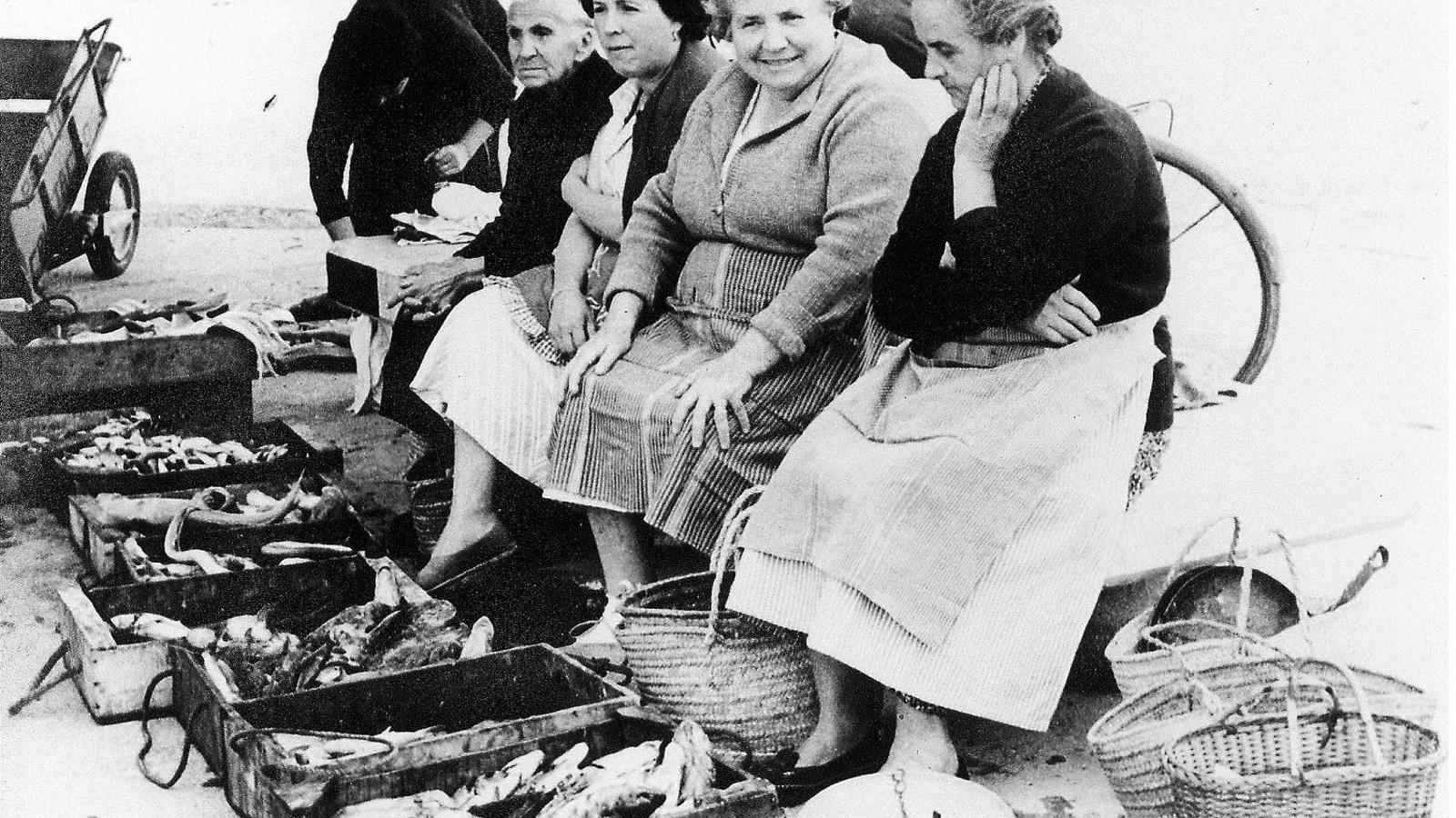 Peixateres esperant la clientela davall el tamarell.