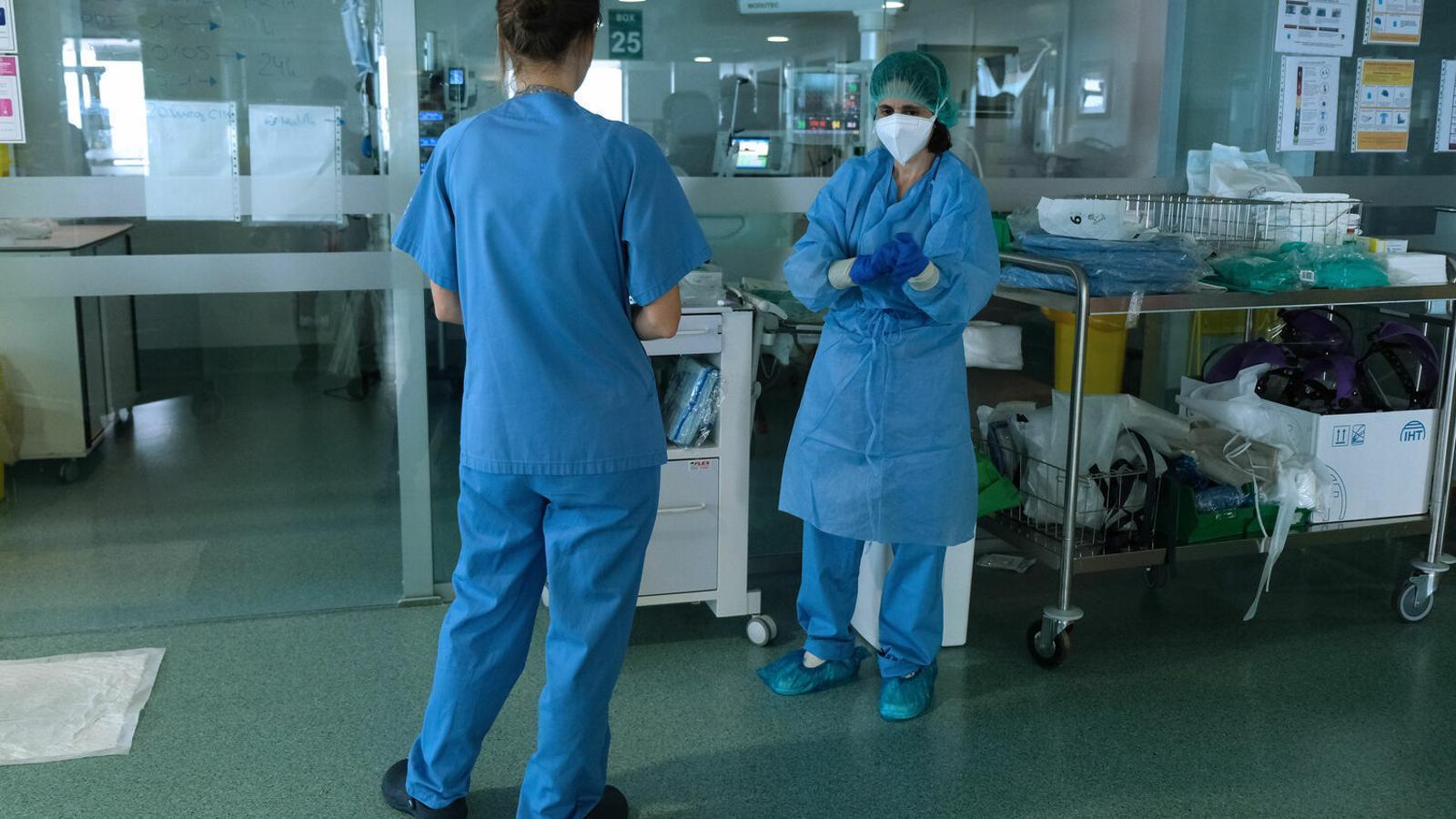 Una professional sanitària de Son Espases, amb l'equip de protecció