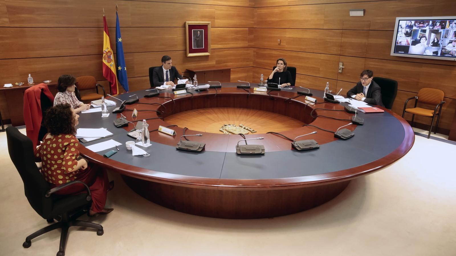 Imatge difosa per la Moncloa de la reunió en part presencial i telemàtica del consell de ministres.