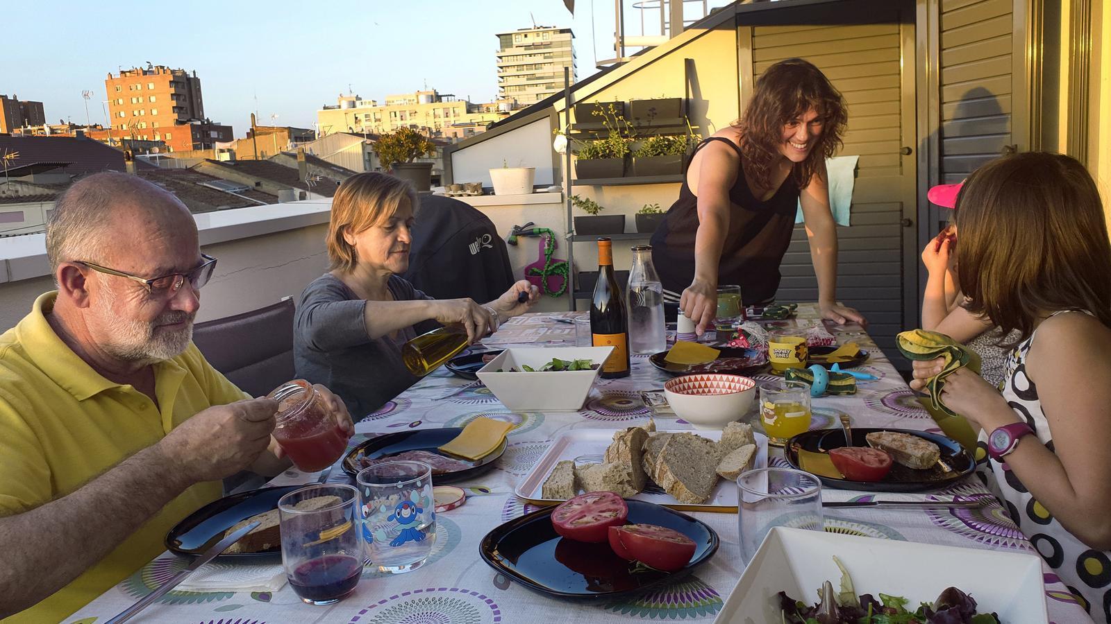 Avis i nets fent sobretaula en un balcó