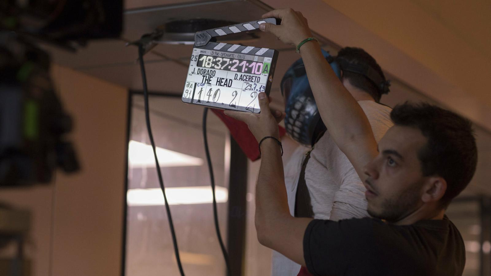 """01. El director Jorge Dorado està al capdavant d'aquesta ficció plena d'intriga i secrets.  02. Álvaro Morte interpreta un cuiner """"rude  i bàsic""""."""