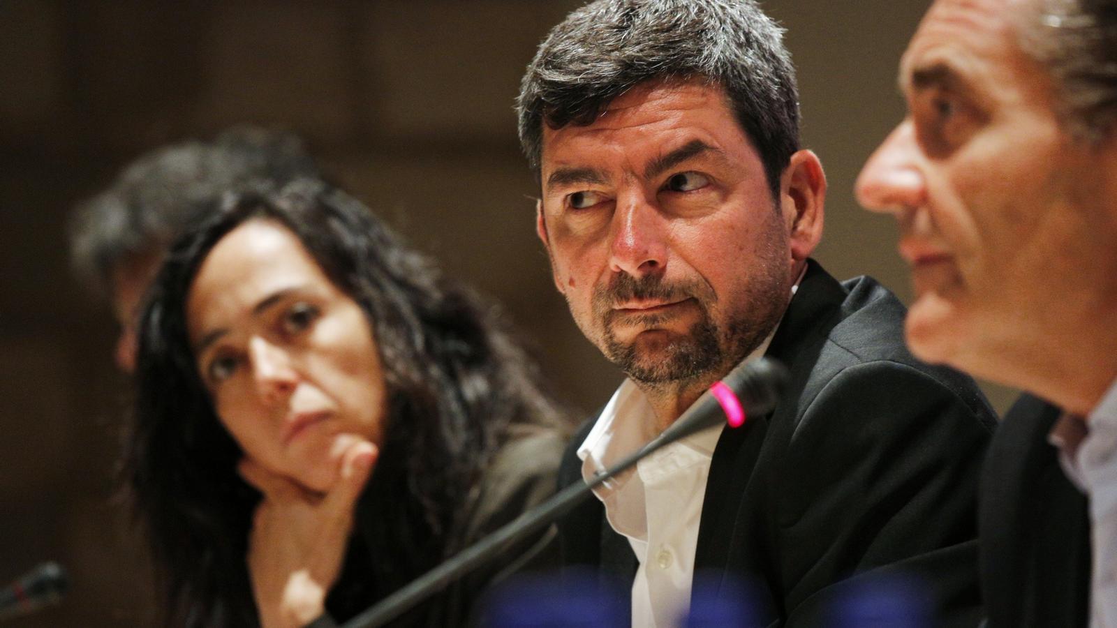 Joan Canadell, al mig, i Mònica Roca, al fons, durant la roda de premsa d'Eines de País.