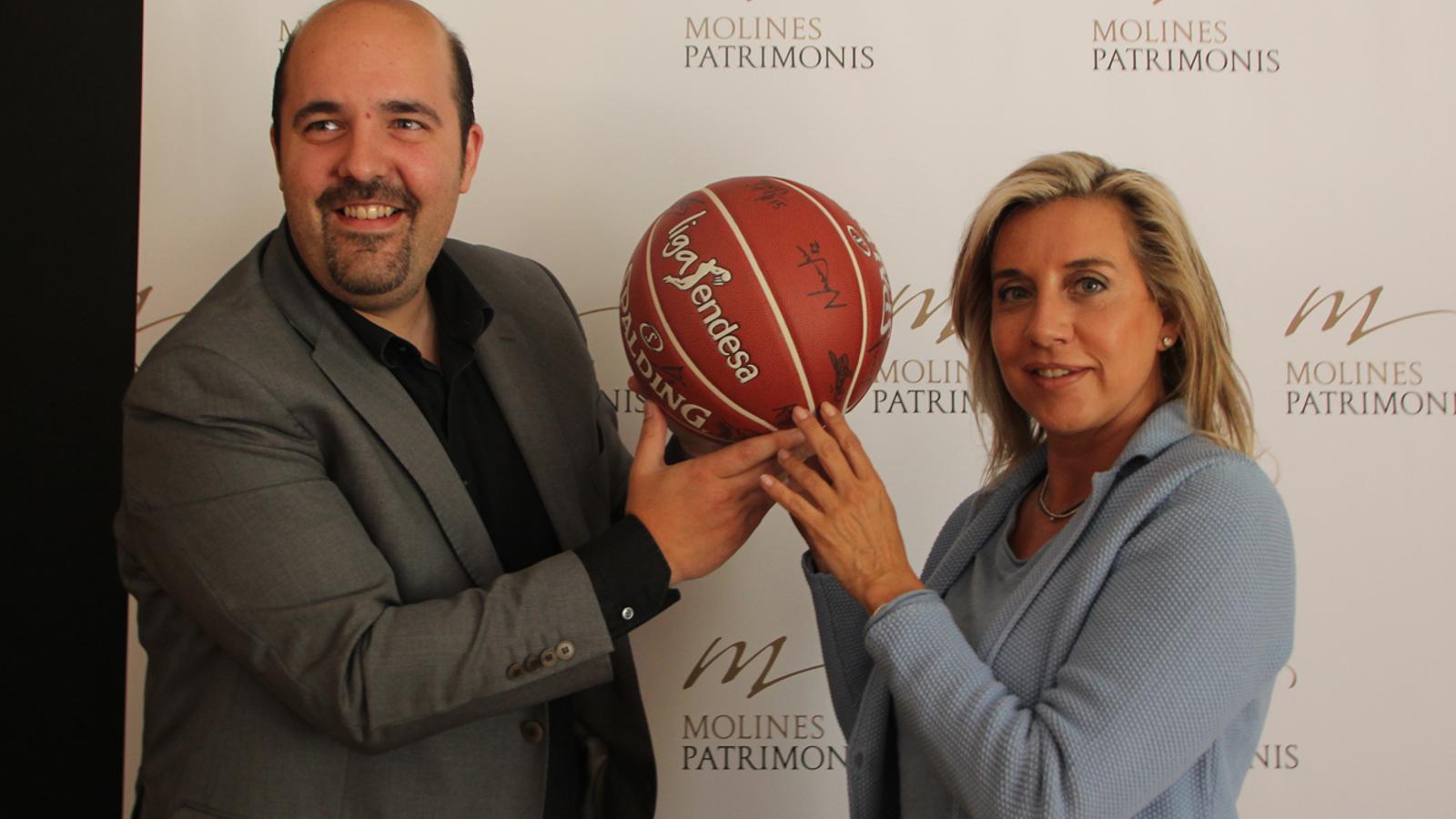 El president del MoraBanc Andorra, Gorka Aixàs, i la presidenta de Molines Patrimonis, Montserrat Cardelús, durant la signatura del nou conveni de patrocini
