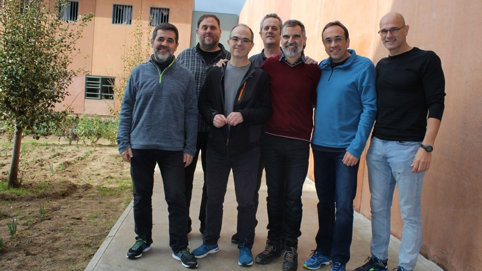 Jordi Sànchez, Oriol Junqueras, Jordi Turull, Joaquim Forn, Jordi Cuixart, Josep Rull i Raül Romeva, en la primera foto difosa des que són empresonats a Lledoners
