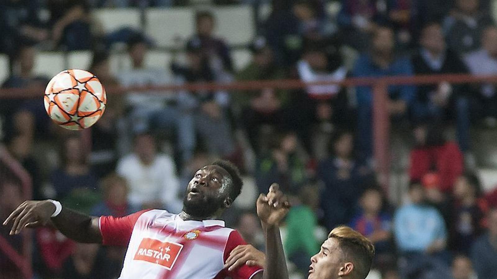 Melendo, envoltat per Nili, Gomes i Aleñà. A la dreta, Caicedo, autor del gol de l'Espanyol.