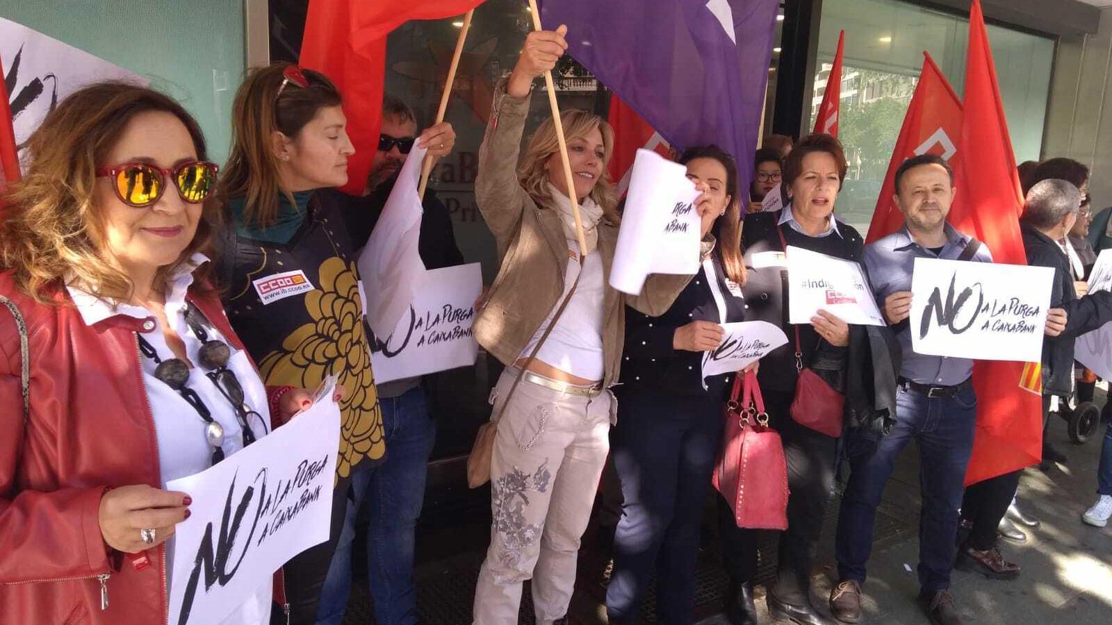 Part dels treballadors de Caixabank davant la seu a Palma de l'empresa.