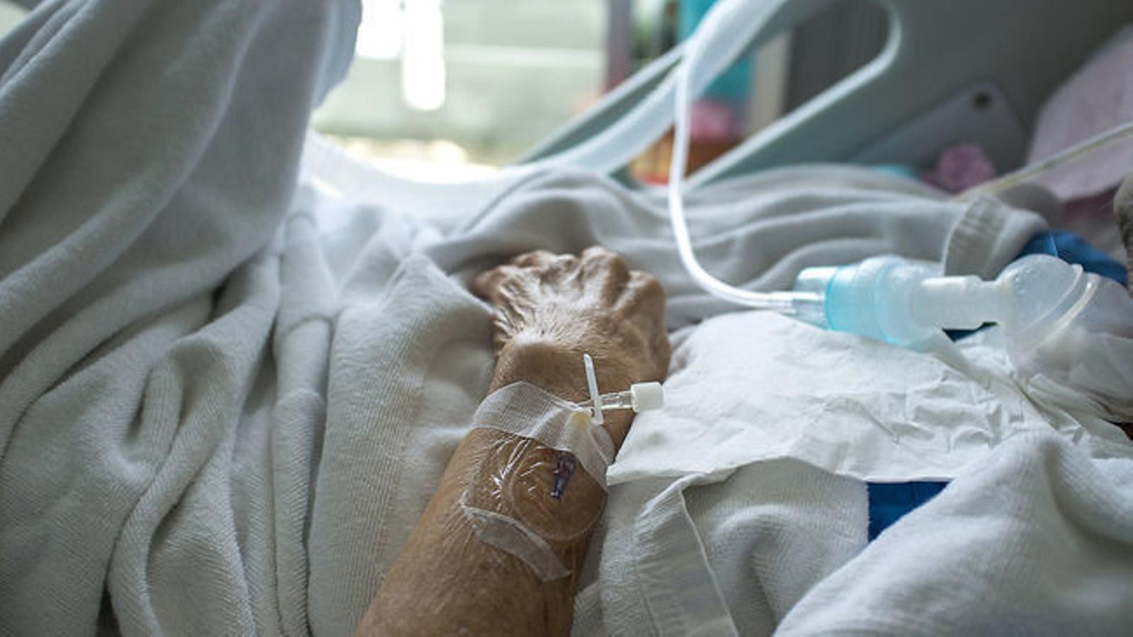 Una persona en el llit d'un hospital en una imatge d'arxiu